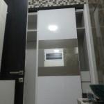 walk in closet dengan paduan HPL duco dan cermin
