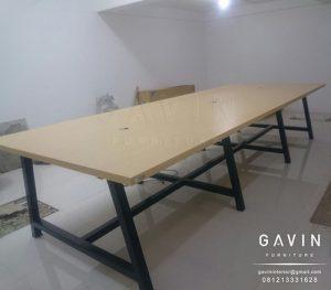 Meja kerja finishing HPL dengan kaki besi