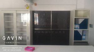 lemari buffet obat dan backdrop finishing HPL kombinasi kaca