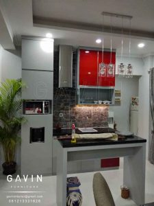 kabinet dapur bersih minimalis finishing HPL Taco light grey kombinasi kaca Q2860