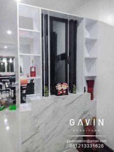 design partisi ruang tamu minimalis HPL kombinasi cermin Q3025