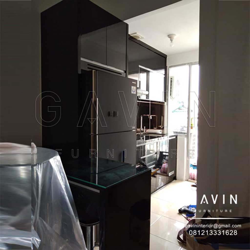 Design kitchen set hitam glossy dengan minibar project apartemen season city q2979