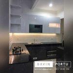 kitchen set dengan meja makan minimalis warna hitam putih di Bintaro sektor 7 id3194