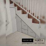 desain lemari bawah tangga dengan pintu tertutup model minimalis
