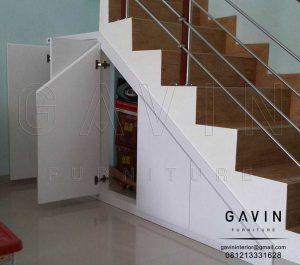lemari di bawah tangga warna putih